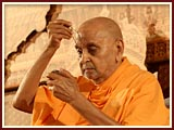 Swamishri performs tilak...