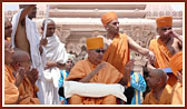 Swamishri blesses devotees from the mandir podium