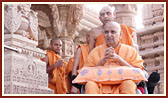 Swamishri on his way for Thakorji's darshan
