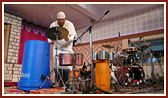 Renowned percussion maestro performs before Swamishri