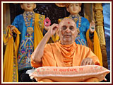 Swamishri blesses Bal Din assembly