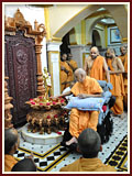 Swamishri touches the holy feet of Shri Nilkanth Varni