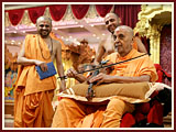 Swamishri sanctifies a violin