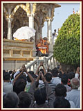 Devotees bid Jai Swaminarayan to Swamishri on the mandir grounds