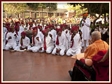 Swamishri happily responds to the youths singing in 'ochchhav' tradition