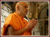 Next morning, Swamishri engaged in Thakorji's darshan