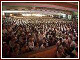 Devotees during Swamishri's morning puja
