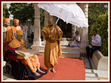 Prior to departing, Swamishri bids Jai Swaminarayan to all