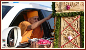 Swamishri performs pujan of pillar
