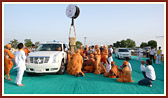Swamishri arrives at ongoing construction site of new shikharbaddh mandir at Jamnagar