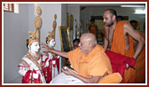 Swamishri performs murti-pratishtha rituals for the new BAPS Sanskardham at Ambavadi, suburb of Ahmedabad