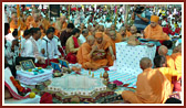 Swamishri performs the yagna arti