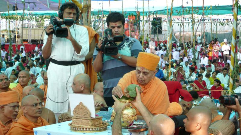 Swamishri performs the yagna rituals
