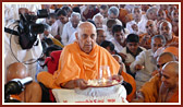 Swamishri and devotees perform pratishtha rituals of arti and mantra pushpanjali