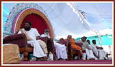 Seniors sadhus, Swamishri and invited guests