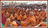 Sadhus and devotees in Swamishri's morning puja
