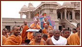 Swamishri visits to see the mandir land nearby