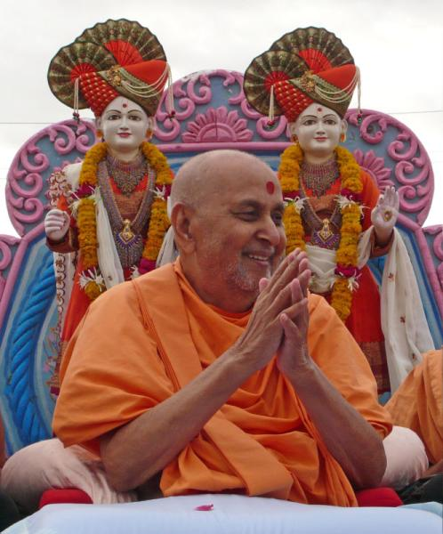 Swamishri on his way to the mandir complex