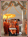 Swamishri arrives for Thakorji's darshan
