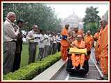 Swamishri blesses volunteers of Akshardham on his way to Thakorji's darshan