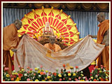 Senior sadhus honor Swamishri with shawl and garlands