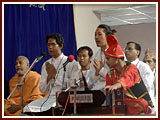 Thai aspirants sing kirtans during Swamishri's morning puja