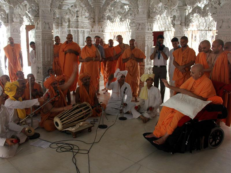 Sadhus and devotees please Swamishri by singing in the traditional ochchhav style