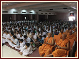 Devotees and sadhus engaged in Swamishri's puja darshan
