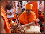 Swamishri welcomed with an auspicious kalash