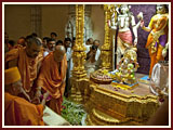 Swamishri engaged in pujan and darshan of the deities in Akshardham