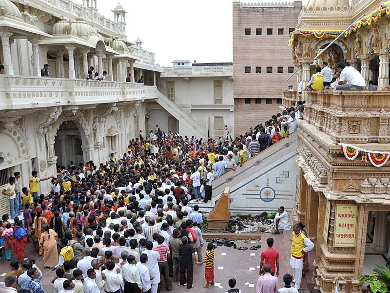 Devotees ascend and descend for and after Thakorji's darshan