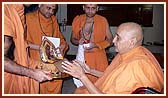 Moments before angiography, Swamishri has darshan of Shri Harikrishna Maharaj