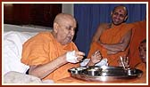 At 4.30 pm Swamishri ate a very light meal in a lighter mood of laughter and inner joy