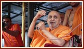 'Narayan Hare Sachchidanand Prabho...' Swamishri declares the Jholi call