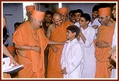 Swamishri explains the glory of the murtis and mandir to the balaks of USA, who are travelling with Swamishri during their school vacation