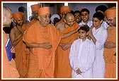 SSwamishri explains the glory of the murtis and mandir to the balaks of USA, who are travelling with Swamishri during their school vacation