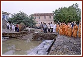 Swamishri observes the site