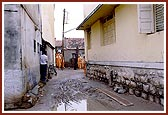 Swamishri walks through the narrow gullies and lanes of Bhadra village