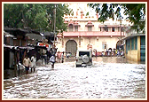 BAPS Helps Flood Victims of Gujarat