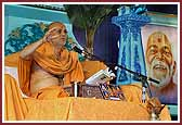 Pujya Viveksagar Swami delivers a discourse on