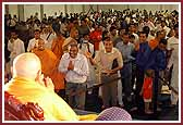 Swamishri gives