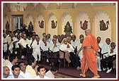 Senior citizens doing darshan during Swamishri�s evening walk