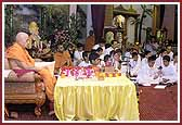 Balika Din Morning Programs June 09, 2004 - Swamishri performs pooja as balaks sing kirtans with devotion