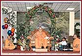 Balika Din Morning Programs June 09, 2004 - Swamishri and saints sing