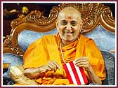 morning ,Swamishri moderates the game