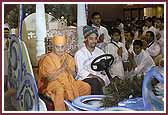 Evening ,Swamishri enters the Rath Yatra assembly