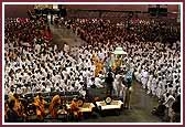 Evening ,Balaks greet Swamishri as he makes his way to the stage