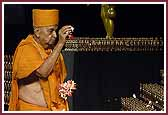 Swamishri sanctifies the