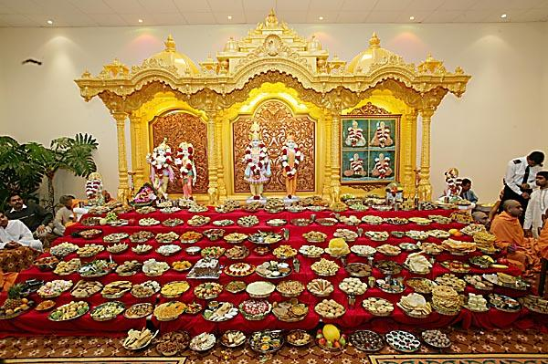 Pramukh swami maharaj in uk 2004 london uk for Annakut decoration ideas
