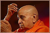 Swamishri doing tilak chandlo